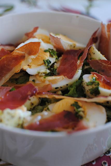 lufttorkad skinka, ägg, sallad, recept, lunch, påsk, påskbord, påskbuffé, förrätt, persilja, citron, parmaskinka, bacon, grillad paprika