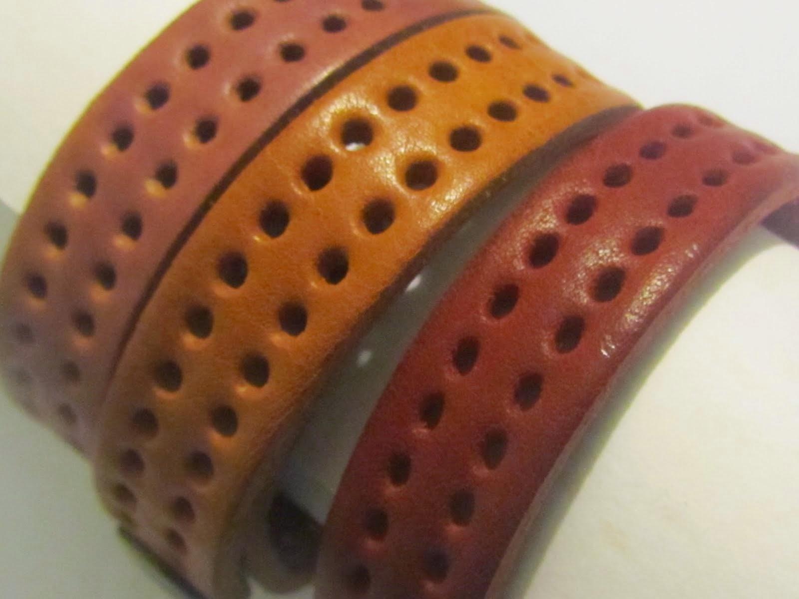 Artigiano che realizza accessori in pelle e cuoio