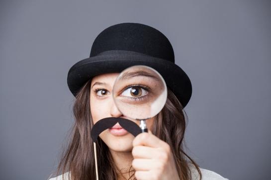 Até que ponto vale a pena ser detetive do seu namorado?