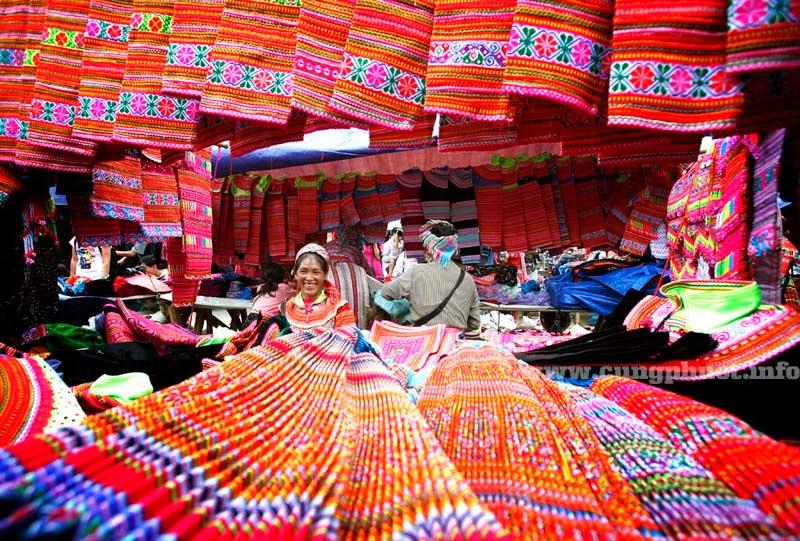 Bên cạnh đó, các phiên chợ vùng cao Tây Bắc...đấy màu sắc, độc đáo và nhiều bản sắc dân tộc cũng là những điểm thính ngoạn hết sức hấp dẫn đối với các du khách