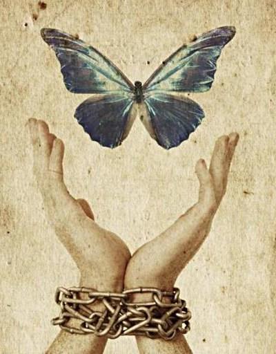 Bundne hænder slipper sommerfugl fri