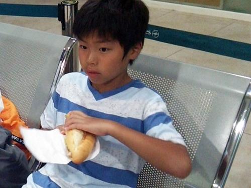 空港で街で買ってきたバインミーを食べる
