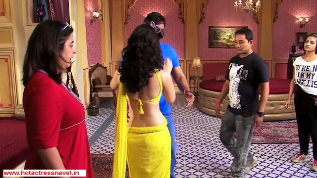 Tamanna Exposes Her Hot Navel In Yellow Sari In Himmatwala Movie Set