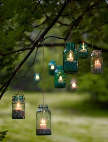 Jardín iluminado con botes de cristal
