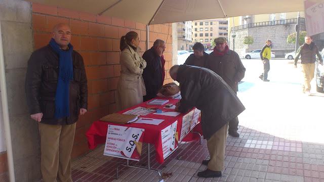 ciudadanos firmando en la mesa pro sanidad de los socialistas