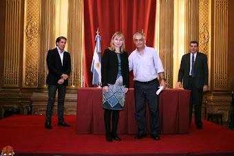 RECIBIENDO PREMIO MUNICIPAL C.A.B.A.