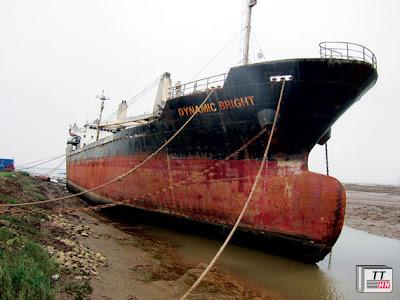 """Tàu Dynamic Bright của ALC II nằm chờ được """"hoá kiếp""""."""
