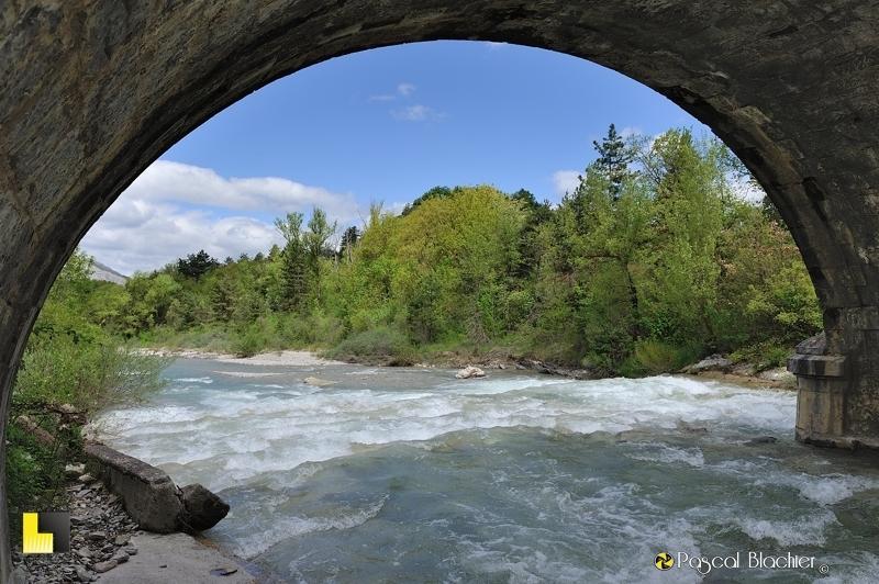 la superbe rivière drôme vue de dessous un pont photo pascal blachier