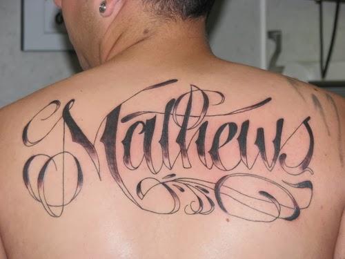 Tatuagem nome na costa