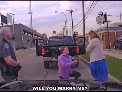 Pria Ini Melamar Kekasihnya Saat 'Ditilang' Polisi