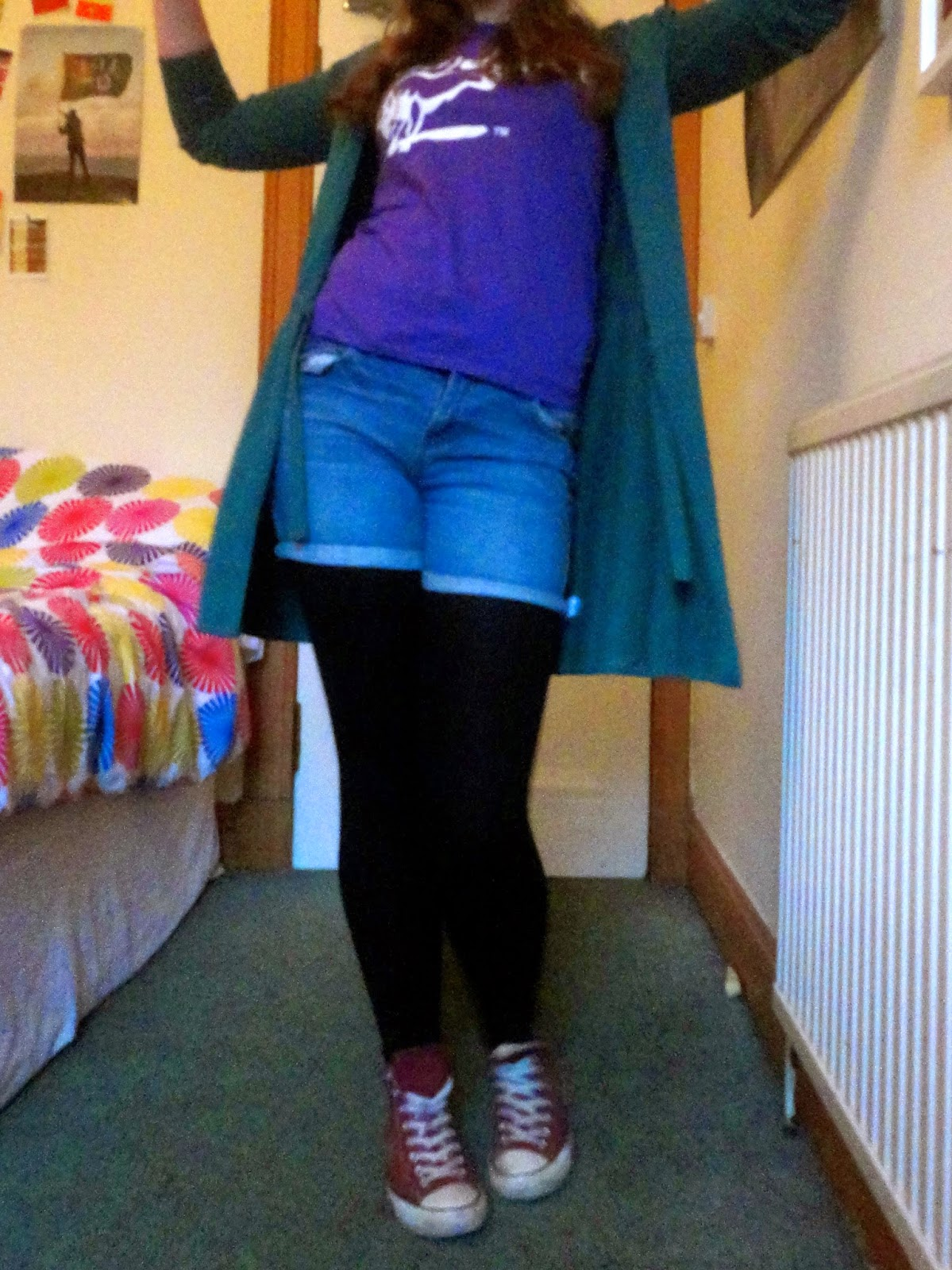 Outfit of Bullshirt t-shirt, long cardigan, denim shorts, leggings & Converse