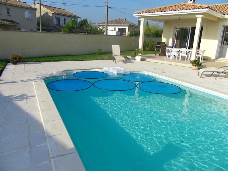 Le tour du monde des piscines for Fixation bache a bulle sur enrouleur