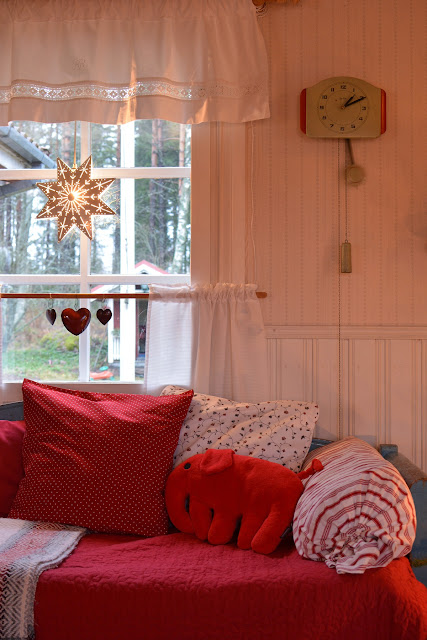 Finlaysonin froteenorsu tuvan sinisellä sohvalla - Muonamiehen mökki