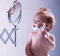 Bebe afeitandose