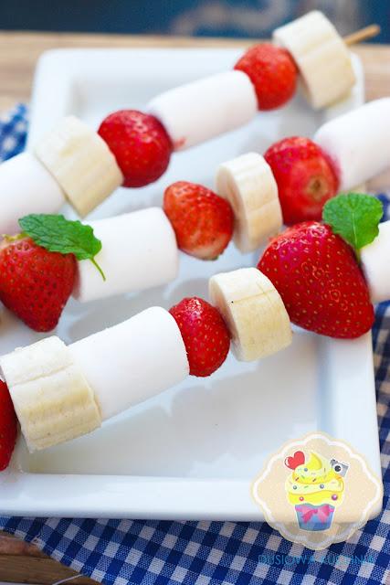 owocowe szaszłyki z piankami, szaszłyki z owocami i piankami, owoce z piankami