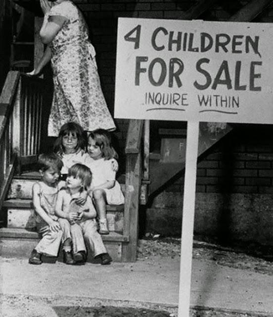 Мать прячет лицо от стыда после того как выставила своих детей на продажу, Чикаго, 1948 г.