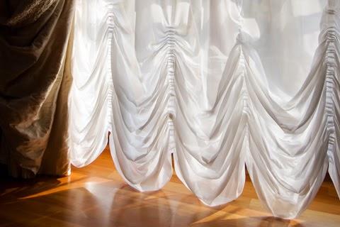 窗紗柔化了室內光線