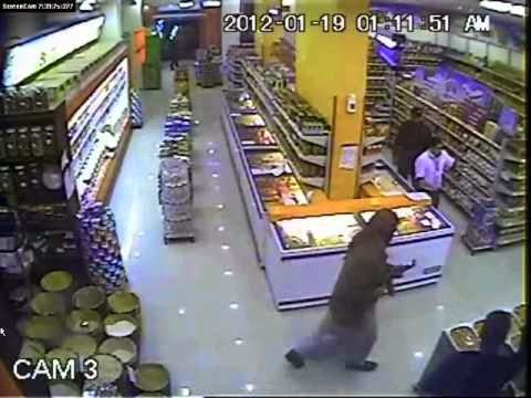 إمرأة  تنتقل وراء شاب من مكان الى مكان داخل سوبر ماركت