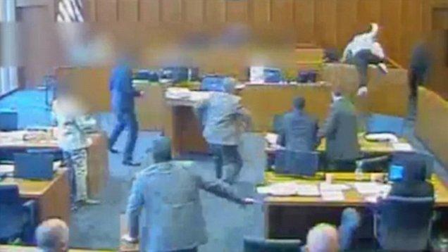 Εικόνες σοκ σε αμερικανικό δικαστήριο: Κατηγορούμενος άρπαξε στυλό και όρμησε να το καρφώσει σε μάρτυρα. Αστυνομικοί τον σκότωσαν πυροβολώντας. VIDEO