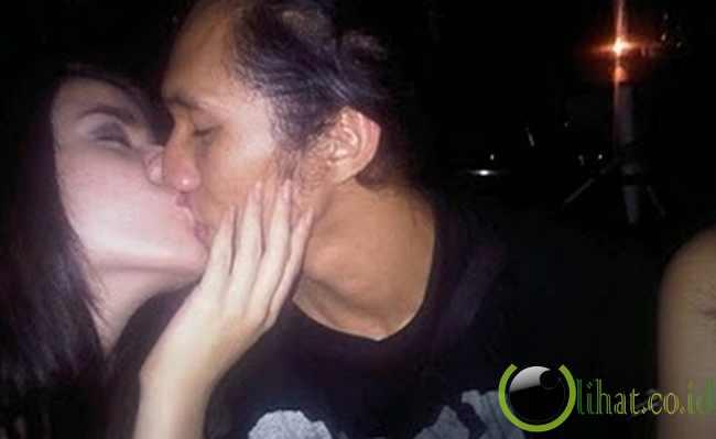 Ciuman Sheila Marcia
