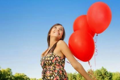 7 نصائح للعازبات لحياة أكثر سعادة - فتاة بنت امرأة تحمل تمسك بالونات بلالين - سعيدة السعادة - happy girl holding balloons