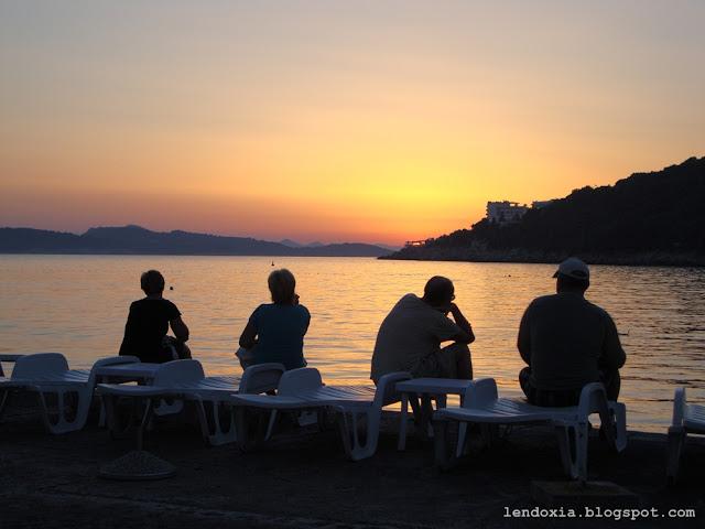 cetvoro ljudi gleda zalazak sunca