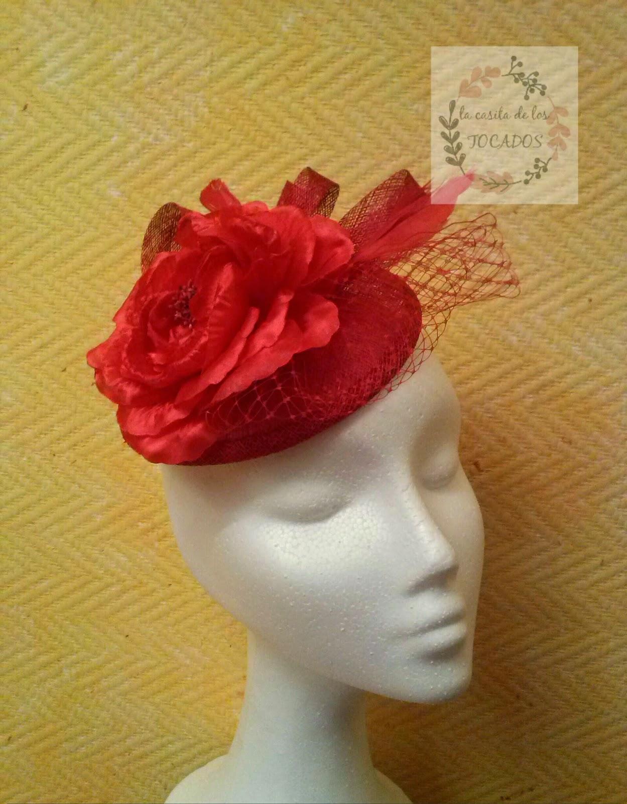 look con tocado para boda en color rojo con flor