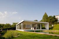 modelo de casa moderna blanca con grandes ventanales un piso