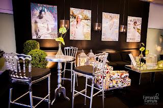 móveis modernos, poltrona estampada, banquetas transparentes, cetro de mesa espelhado