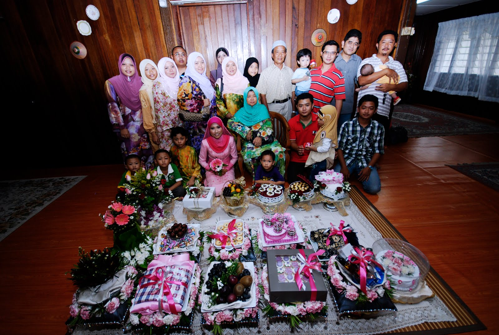 With Future In Laws. big family. ni pn xsemua ada =)