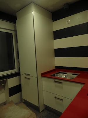 un espacio en la cocina para lavado y secado de la ropa
