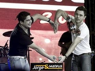 Jorge e Mateus fazendo um coração
