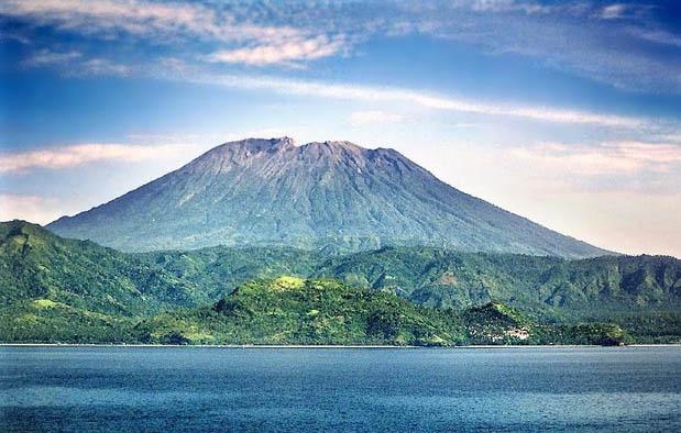 adalah gunung api teraktif di Indonesia yang terletak persis di tengah Pulau Jawa Asal Usul Gunung Merapi, Mitos, dan Cerita Misterinya