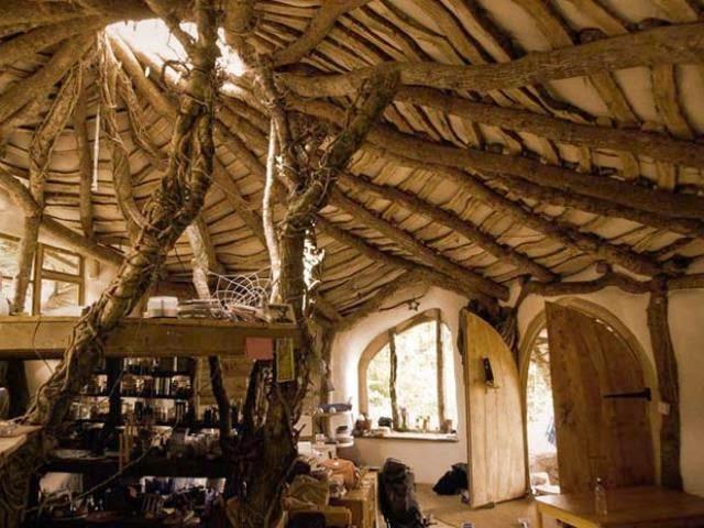 casa hobbit de simon dale esqueleto