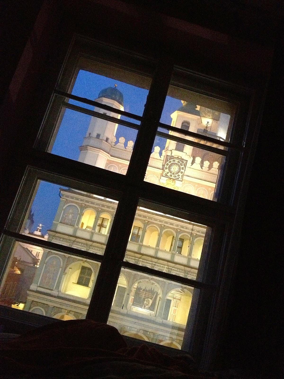 widok z okna poznań ratusz noc