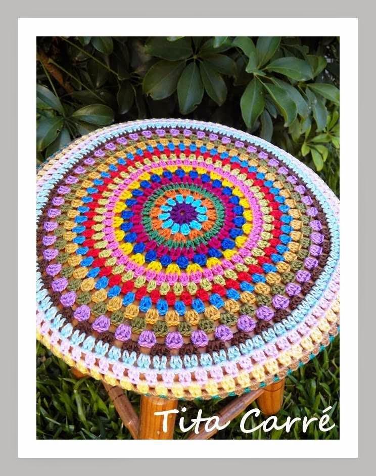 Capa em crochet multicolorido para banco redondo em crochet