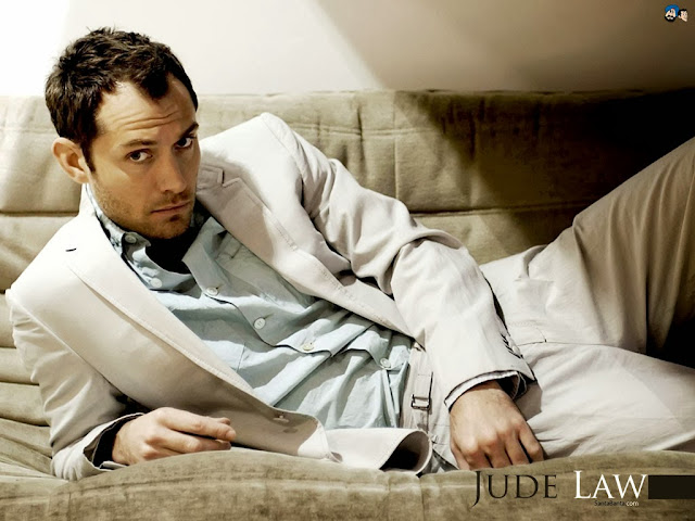 "<img src=""http://4.bp.blogspot.com/-5pYmjdcEmBI/UkG-WlbLhLI/AAAAAAAADzc/wQOxpdhyJmM/s1600/hgg.jpeg"" alt=""Jude Law wallpapers"" />"