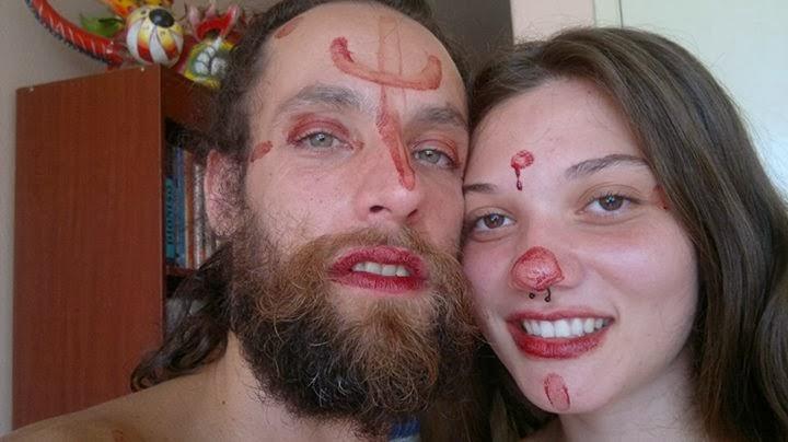 Menstruação serve de tinta para maquiagem