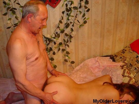 seks-starika-soblaznyaet-devushka