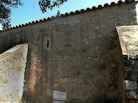 La façana lateral amb els contraforts i la finestra d'espitllera