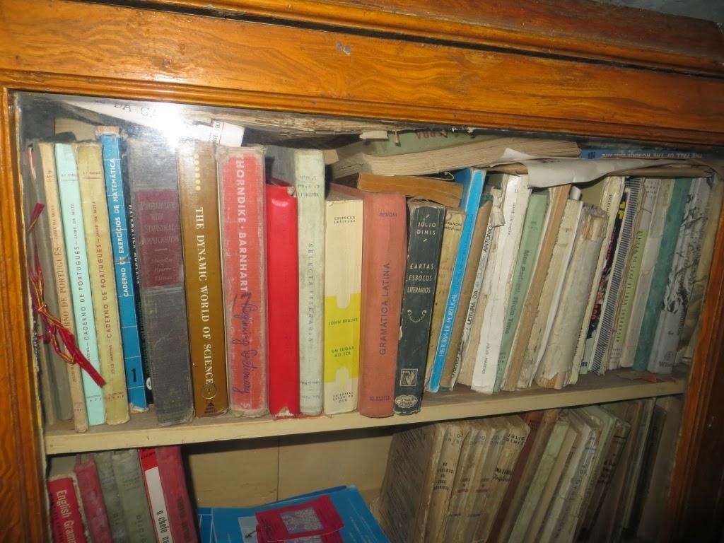 Fotografia de Estante com Livros Antigos numa Modesta Biblioteca de Família