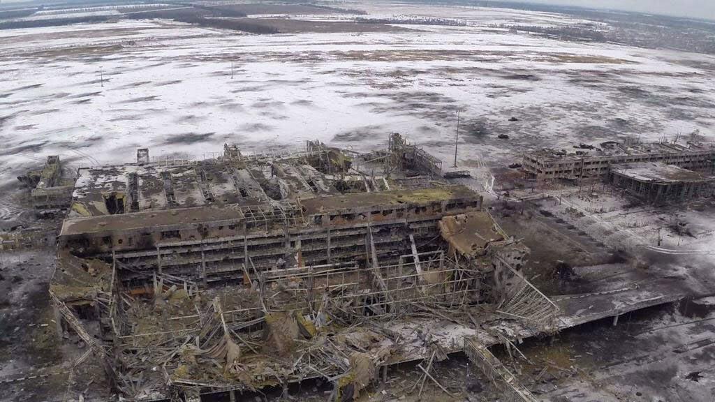 В Донецком аэропорту весь день шли тяжелые бои с использованием артиллерии, РСЗО и танков.