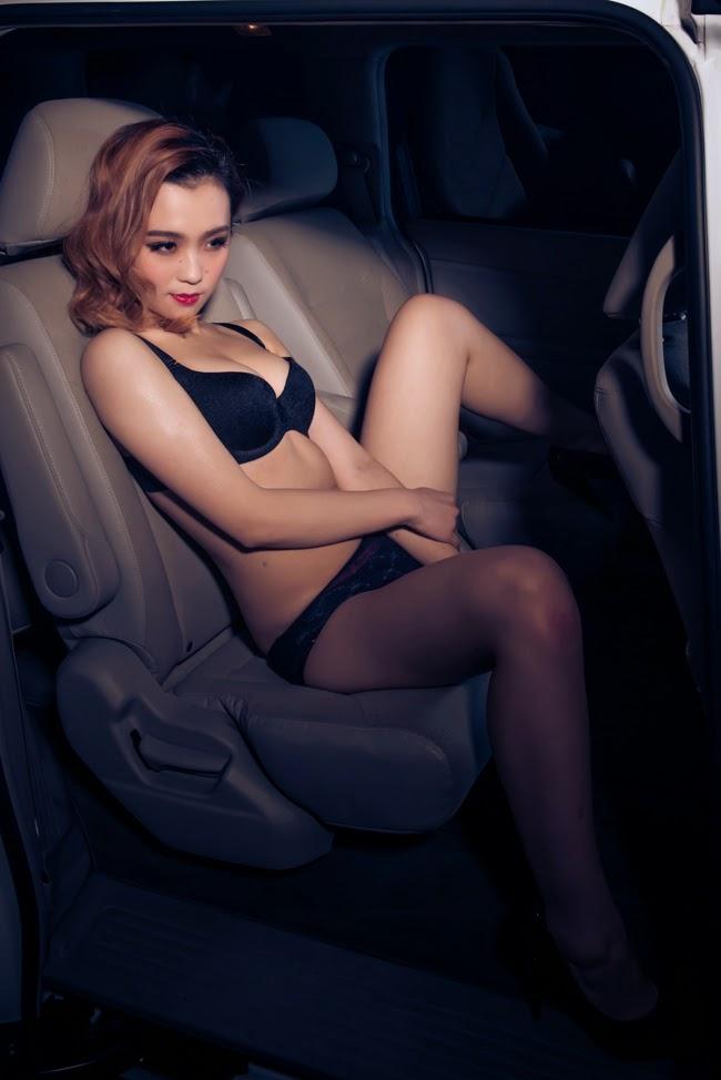 Người đẹ bikini bên xế khủng