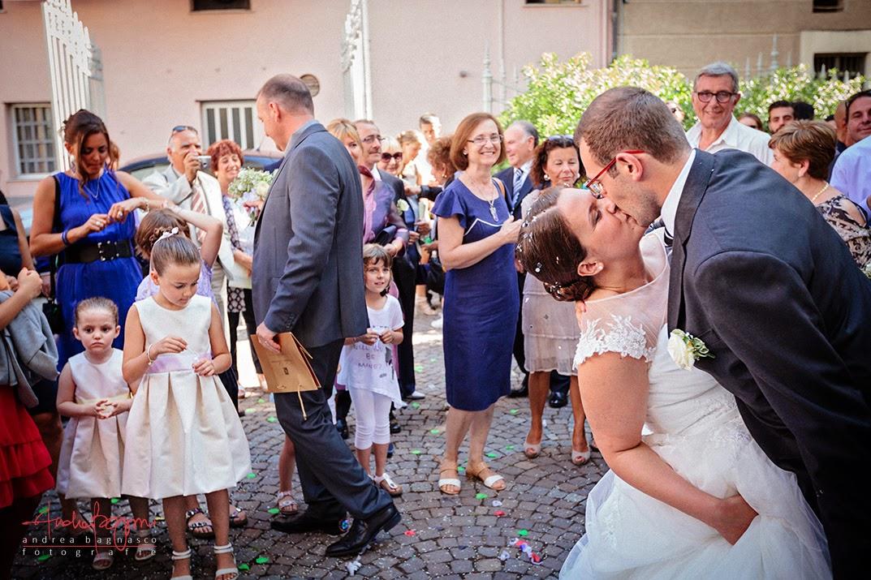 uscita sposi dalla chiesa e bacio matrimonio Albisola