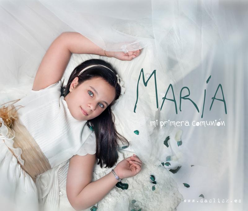Maria vestida de comunión con decoración en estudio fotográfico