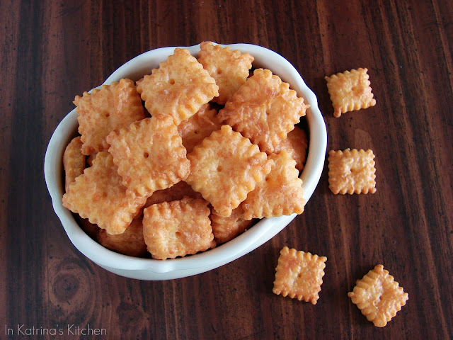 Homemade Cheez-Its #recipe from @KatrinasKitchen