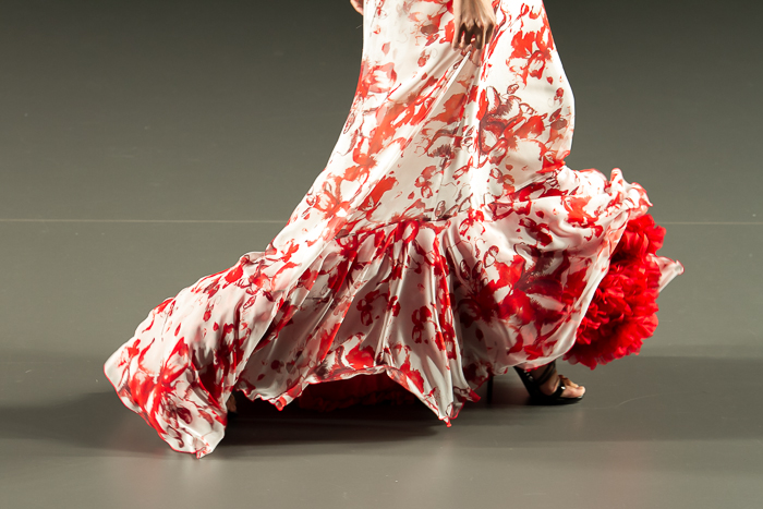 Detale bajo de volantes vestido flamenco blanco y rojo