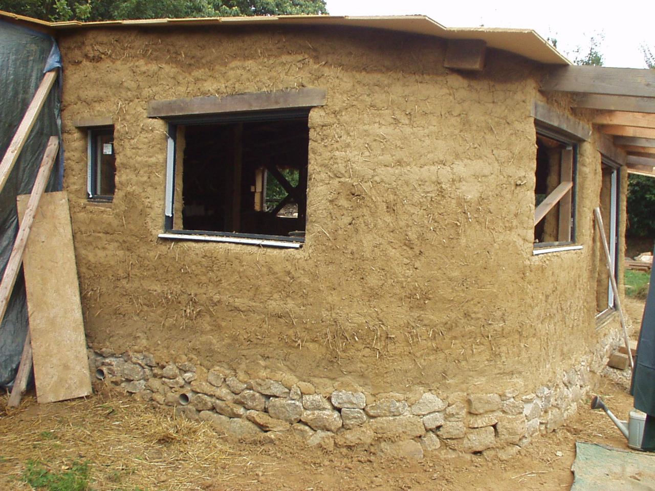 Maison terre et paille un toit des murs en bauge presque finis - Terre contre mur maison ...