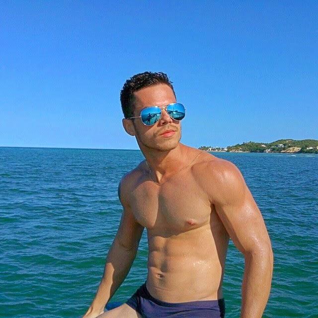 Nil Menezes aproveitou o dia ensolarado para ir à praia de Piranji, no RN Foto: Arquivo pessoal