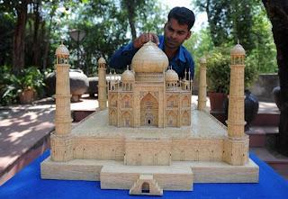شاب هندي يبني نموذجاً مدهشاً لتاج محل من أعواد الثقاب